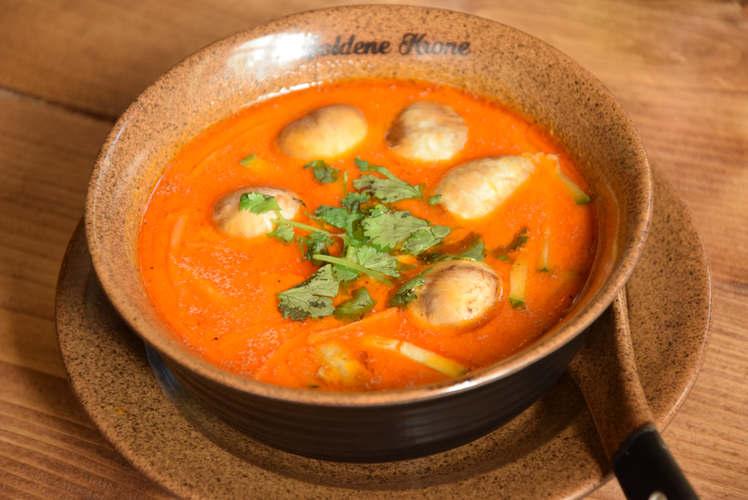 Schüssel mit Suppe Sup Sua Dua (Súp sừa dừa)